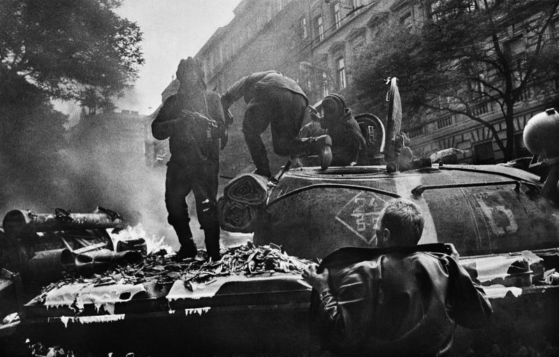 Prague_Invasion_Czeschoslovakia_1968_Josef_Koudelka-_06_AA