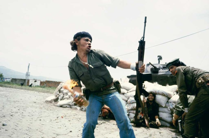 Sandinistas-at-the-walls-of-the-Esteli-National-Guard-headquarters.-July-1979-susan-meiselas_1024